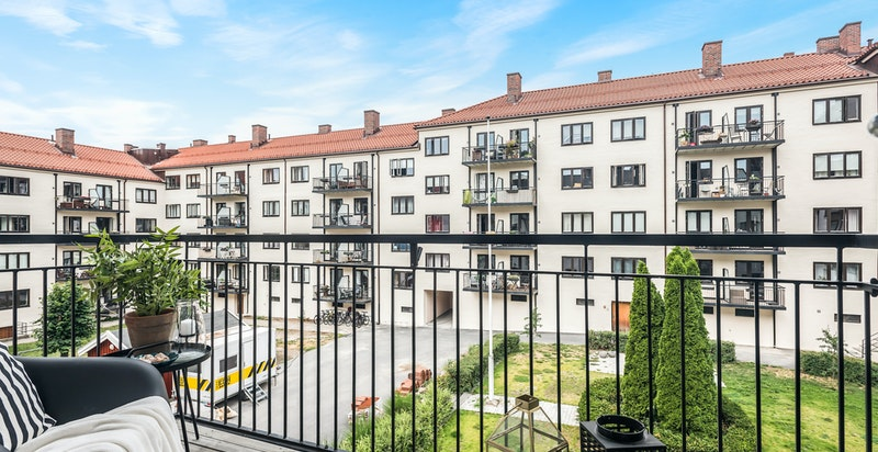 Solrik balkong som vender mot vest med utgang fra stuen.