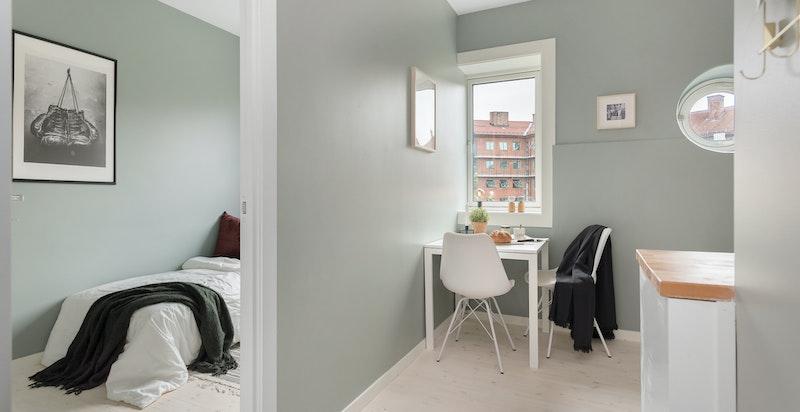 På innsiden av kjøkkenet ligger soverom II. Her har du plass til en 120 cm seng dersom du har behov.