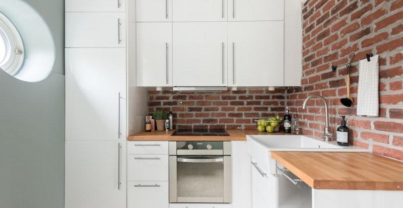 Tidsriktig og pent kjøkken som var nytt i 2012.