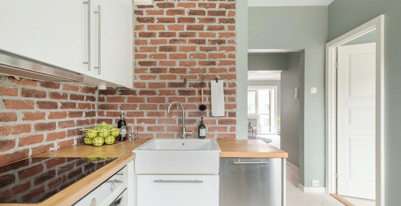 Originale detaljer som klassike tregulv og tegl er gjennomgående i hele boligen.