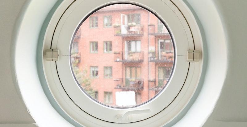 Fra kjøkkenet har du et morsomt lite rundt vindu som setter prikken over i'en i dette rommet.
