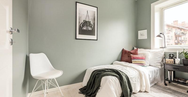 Dette rommet vender i likhet med resten av leiligheten ut mot rolige gårdsrom.