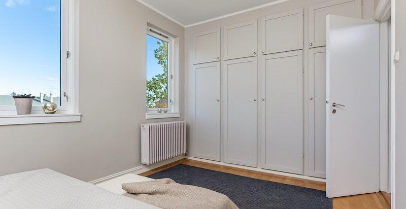 Integrerte garderobeskap gir godt med oppbevaringsplass.
