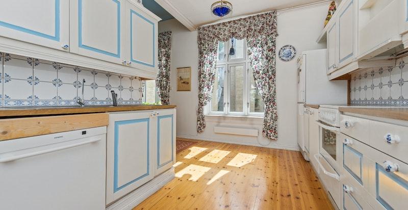 Kjøkkenet med stort vindu ut mot bakgården. Det gamle pikerommet er inn ved vinduet - med plass til langbord.