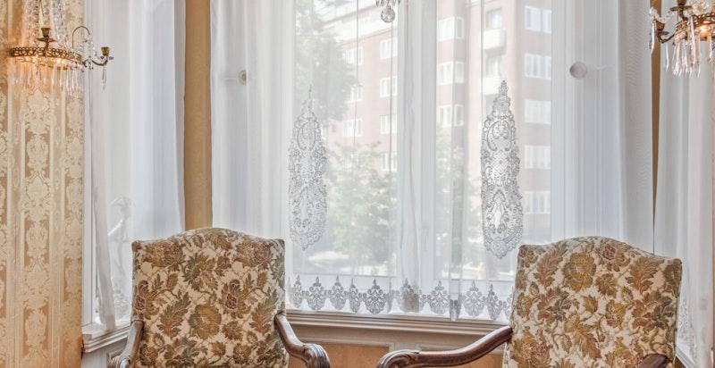 Hjørestuen (Salongen) vinduskarnappet.