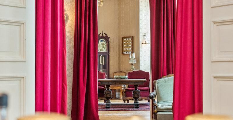 Detaljbilde fra ett av soverommene og mot Hjørnestuien (Salongen).