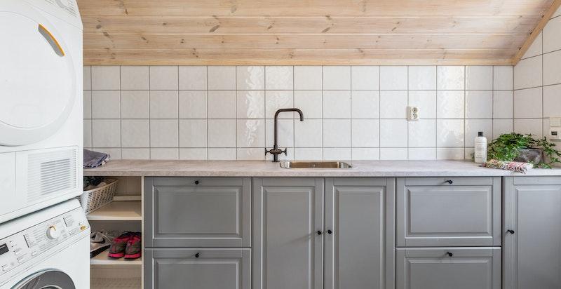 Vaskerommet har godt med skapplass, hengesystem og annen lagring.