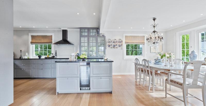 Kjøkkenet og spisestuen er perfekt beliggende - åpent og sosialt, samtidig som det er romslig, luftig og godt med plass.