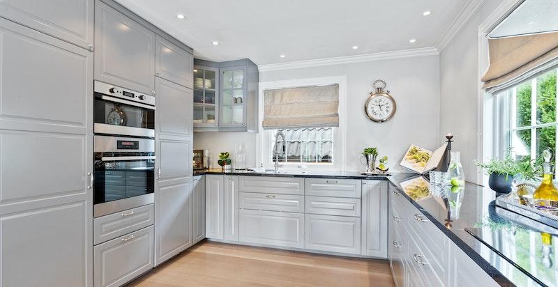 Samtlige hvitevarer er integrert og kjøkkenet har en veldig pen utførelse og flyt. Plasseringene er veldig gjennomtenkte og gode i hverdagen.
