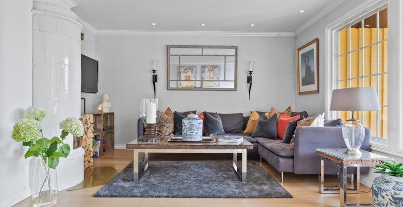 Lun og god stue med stor plass til romslig sofa, mediemøblement m.m.