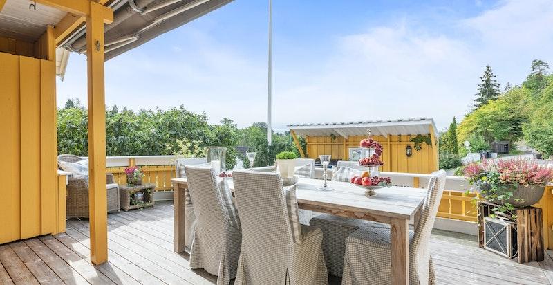 Nydelig terrasse på ca 40 kvm som ligger sydvestvendt og skjerrmet til.