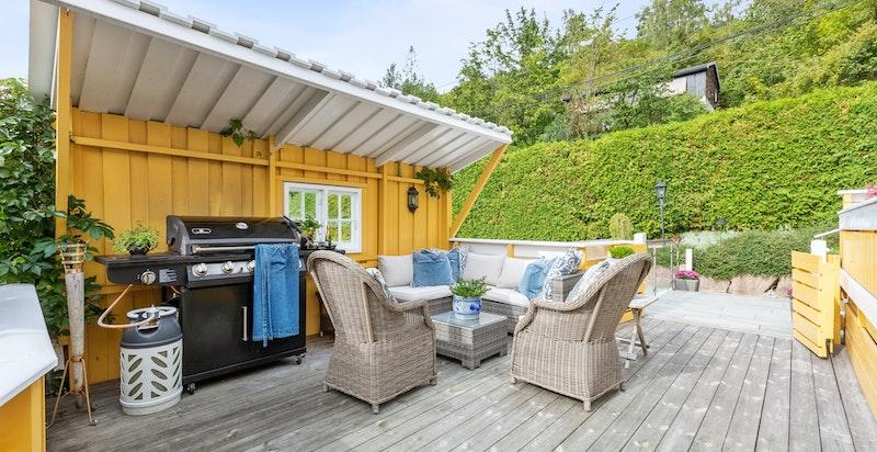 På terrassen er det montert elektrisk markise, terrassevarmer, utelys og stikkontakt.