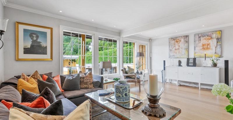 Stuen har rikelig med vinduer ut mot terrassen, som gir flott lysinnslipp. PS! Legg merke til de flotte gulvene!!