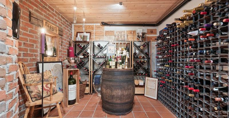 Innredet vinkjeller. Mellom kjellerstuen og vinrommet er det et lite vindu - både for å dele innsyn, mens også for servering!