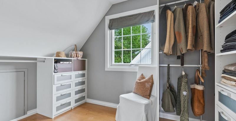 Dette soverommet brukes i dag som walkin closet.