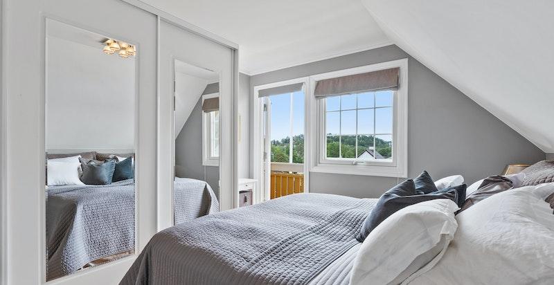 Hovedsoverommet har rikelig med garderobe, nydelig utsikt og utgang til egen balkong.