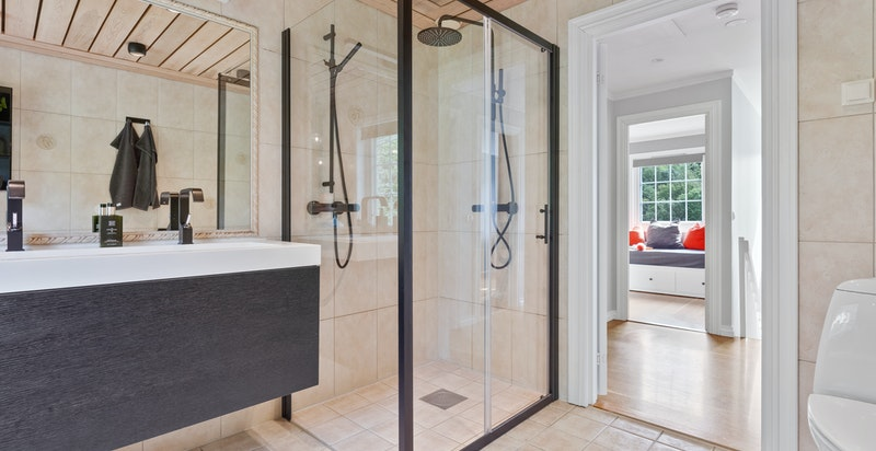 Det er ordentlig god størrelse på dusjhjørnet.
