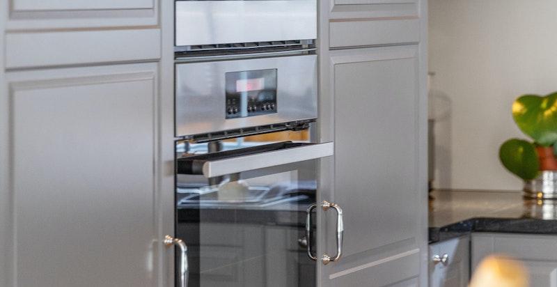 Kjøkkenet inneholder bl.a.: Mekanisk avtrekksvifte. Integrert komfyr med steketopp (6 stekeplater), mikro, kjøleskap, fryser og vinskap.