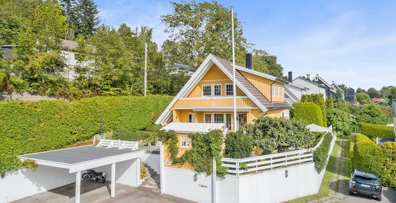 Huset ligger på et lite høydedrag som gjør at du bor skjermet, samt får flotte solforhold og flott utsikt