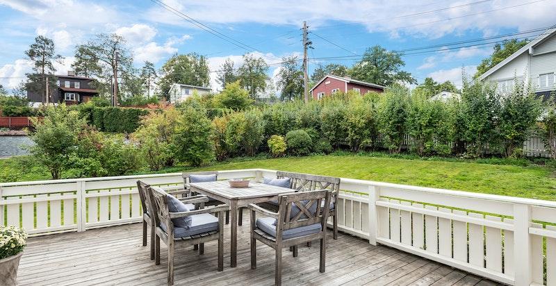 Fra stuen er det utgang til solrik terrasse og skjermet hage.