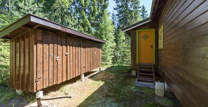 Ved inngangspartiet er det satt opp en utebod med plass til både ved, skiutstur mm