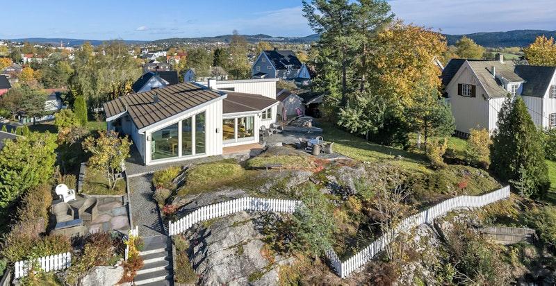 Huset ligger høyt og fritt på et høydedrag med nydelig utsikt i flere retninger