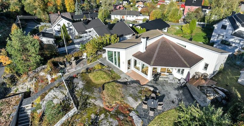 Meget attraktiv og barnevennlig beliggenhet på et høydedrag i et veletablert boligområde med nærhet til Langvannet.
