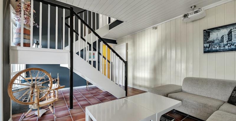 Rommet ved trappen fra hovedetasjen benyttes av selger som kjellerstue