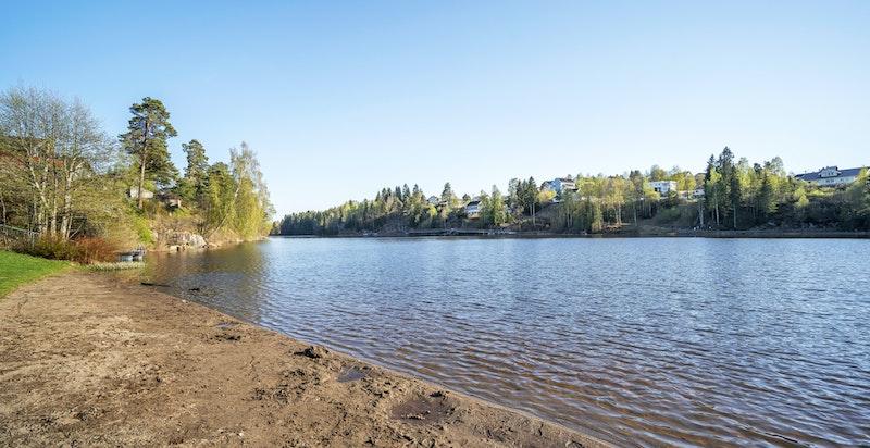 Idylliske Langvannet er rundt 1,3 km langt og fra 30 til 180 meter bredt