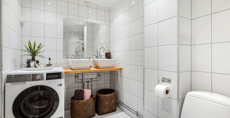 Delikat flislagt bad med varmekabler i gulvet. Badet har dobbel servant fra Villeroy and Boch.