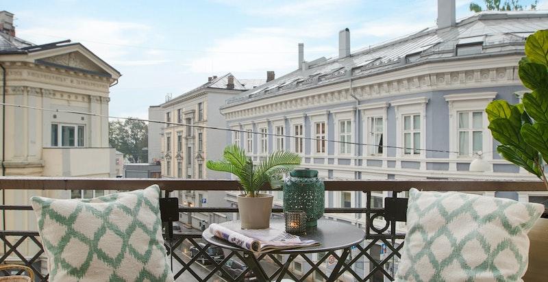 Sydvestvendt balkong på ca 4 kvm med tilgang via doble dører. Klassisk utført med bl.a smijernsrekkverk.