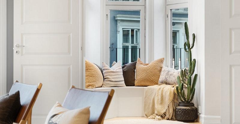 En fantastisk hyggelig krok med plassbygd benk utført av snekker, og ordentlig dype vinduskarmer.