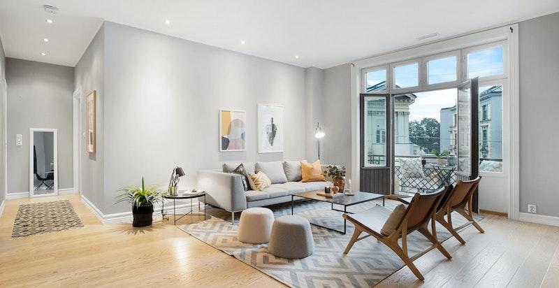 Stuen er et svært hyggelig og tiltalende rom med tidsriktige og behagelig farger og eikeparkett på gulvet.