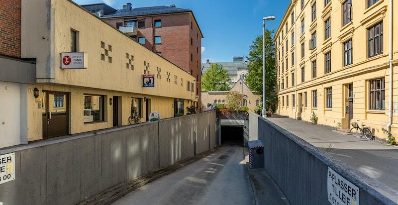Innkjøring til garasjeanlegg fra Arbos gate.