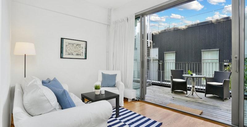 Stue med utgang til stor balkong som kan fungere som et ekstra rom i sommermånedene.