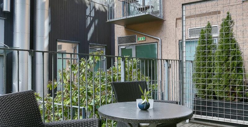 Terrassen kan innredes på flere forskjellige måter. Om sommeren har terrassen ettermiddagssol frem til omtrent halv åtte.