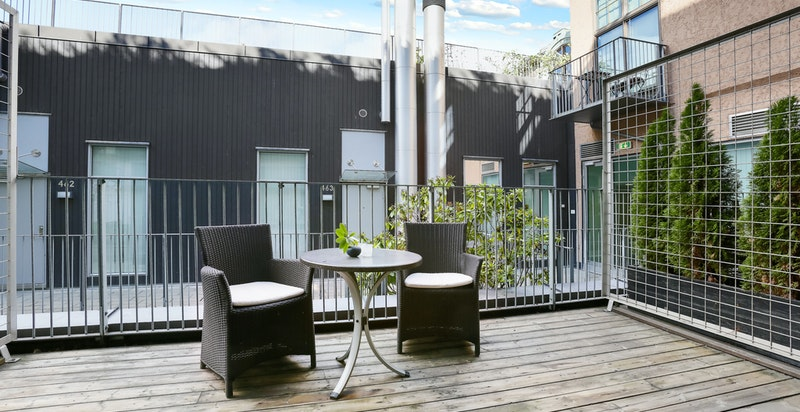 På den store terrassen er det plass til en sitte- eller sofagruppe, så vel som planter og solsenger.