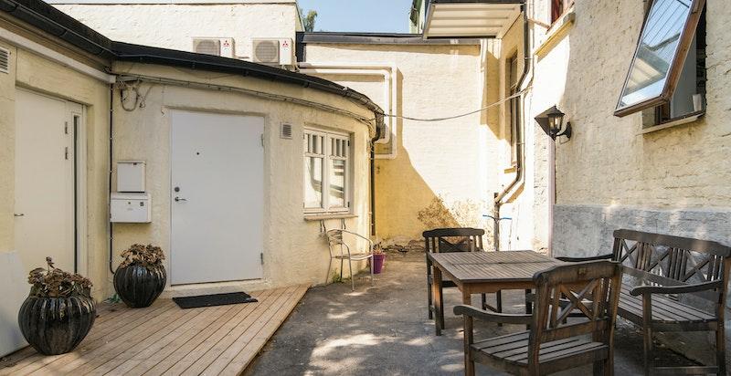 Borettslaget har en hyggelig bakgård og det er låst portrom med muligheter for parkering av sykler m.m.