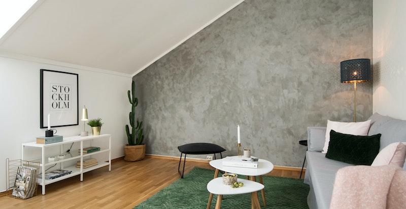 Stuen har en god størrelse som gjør at du har plass til både spisestue og sofa / tv-løsning.