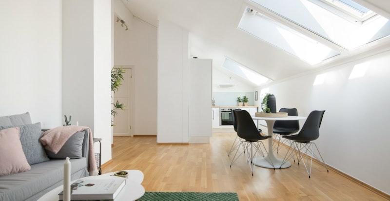 Leiligheten har en generøs takhøyde og høye knevegger som gjør at boligen er lett å møblere.