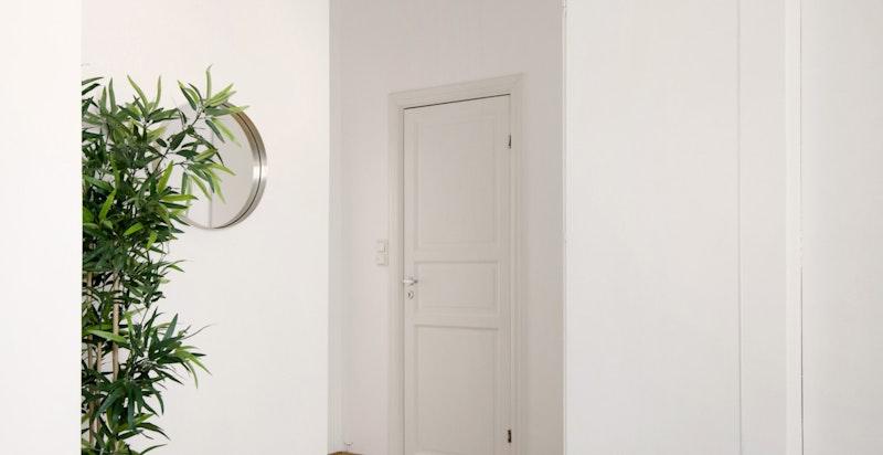 Boligen har totalt 2 boder, en i kjeller og en rett på utsiden av inngangsdøren din i samme etasje.