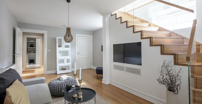 Adkomst med trapp til u.etasje og kjellerstue