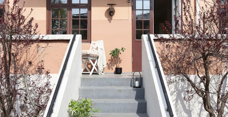 Adkomst til balkong og leiligheten fra hagen