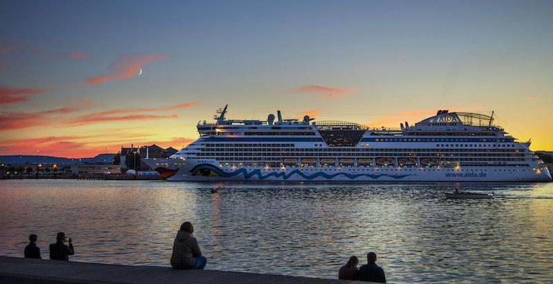 Nattbilde av cruisbåthavna.