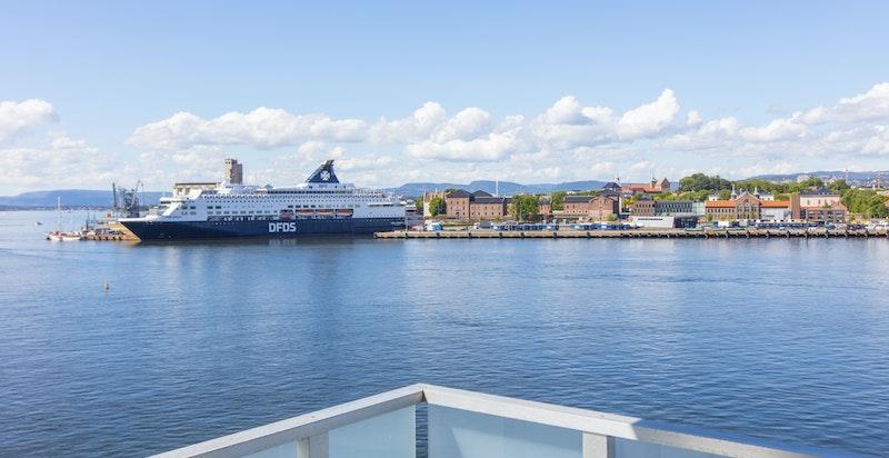 Du har fantastisk utsikt over cruisbåthavna fra din egen stue.