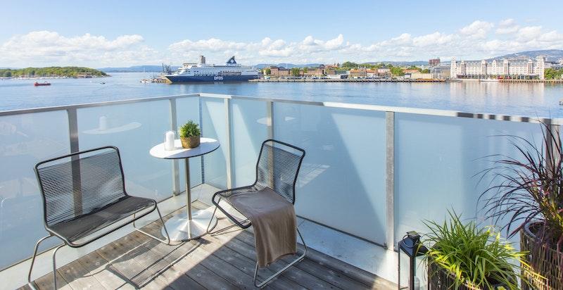 Du har en stor terrasse med utgang fra spisestuen, denne ligger vestvendt og har kveldssol.