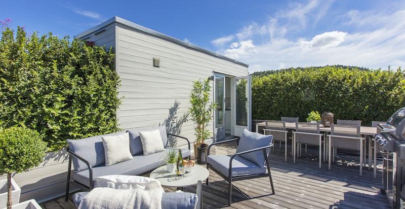 På takterrassen er det anlagt eget grovkjøkken med kjøleskap og utslagsvask.