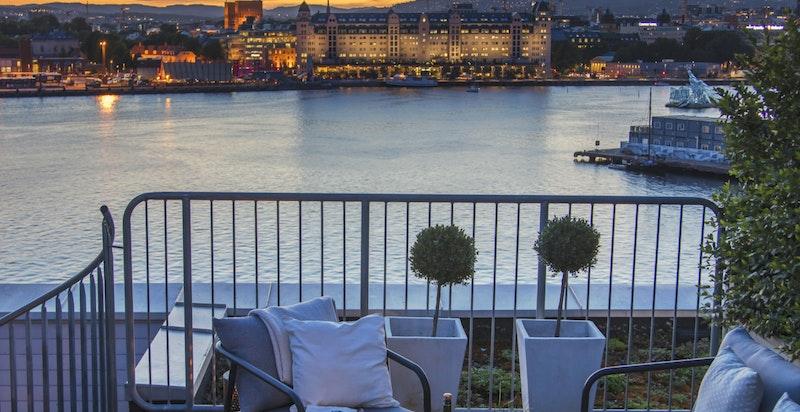 Fra takterrassen har du utsikt inn over Oslo sentrum.
