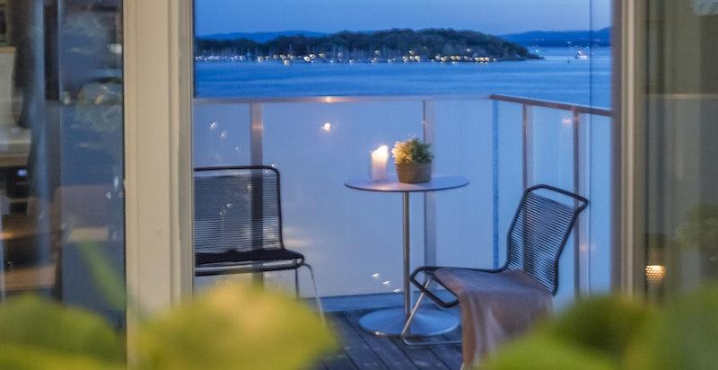 Kveldsbilde av balkongen ut fra stuen.