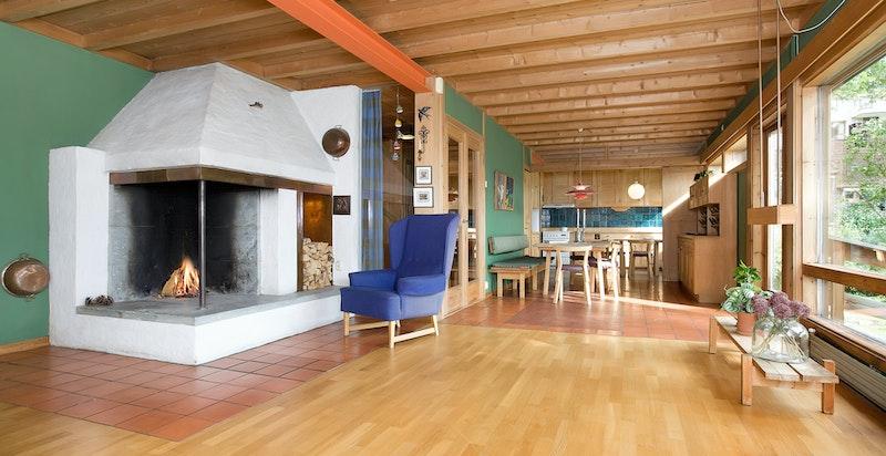 Romslig stue i hovedetasje med tilknytning til spisestue og kjøkken
